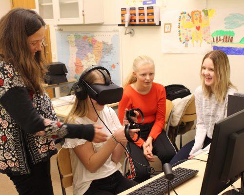 Hjältepedagog Åsa visar VR.
